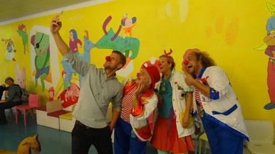 Thomas Odermatt mit den Traumdoktoren der Stiftung Theodora im Kinderspital Luzern