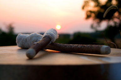 Une mayoche posée sur un tambour, souvenir ADN d'un passé chamanique, retour au source des hommes, nature et lien. Essence de la vie