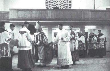 Der Bischof zeichnet das lateinische und das griechische Alphabet