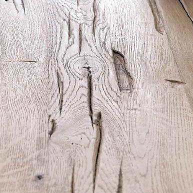 Tisch mit Massivholzplatte