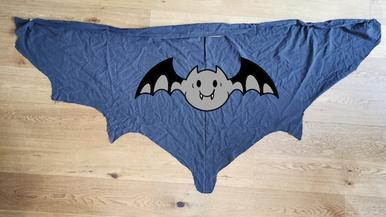 einfaches Halloween Kostüm Selbermachen, Fledermaus Umhang für Kinder, Teenager oder Erwachsene