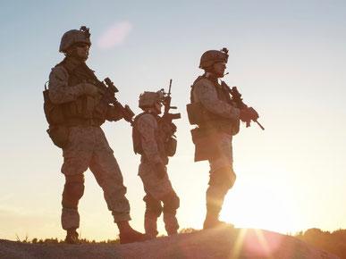 Soldaten in Kampfkleidung und Waffen
