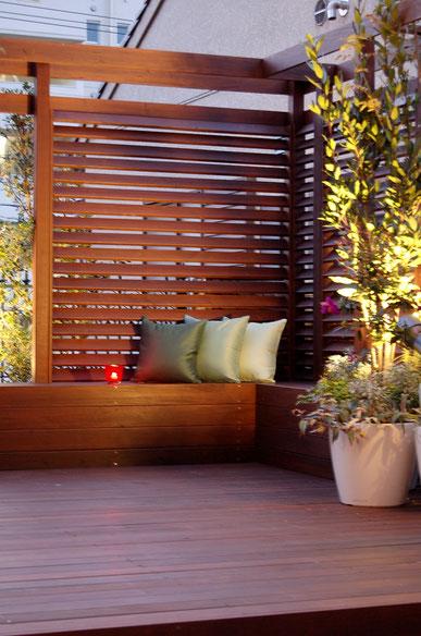 外構や庭で使われるフェンスについて 木製のルーバー目隠しフェンス 隙間の調整が容易