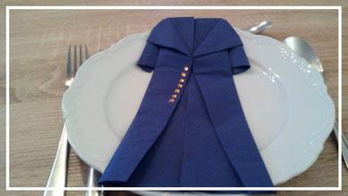Tischdekoration Servietten falten Mantel für Kindergeburtstag. Deko leicht und einfach DIY Geburtstagdeko Servietten falten für Anfänger. Anleitung für einen Mantel. Tolles Motiv selber basteln.