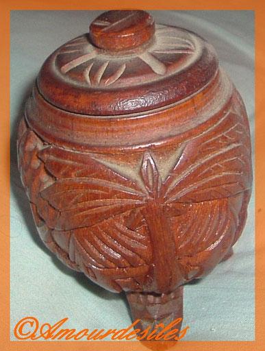 C'est une urne funéraire destinée à accompagner le mort dans son dernier voyage! Et, on a trouvé beaucoup de tourmalines taillées naturellement...Pierre fine très recherchée!