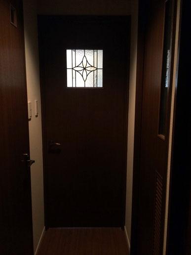 ステンドグラス入りの新しいドア