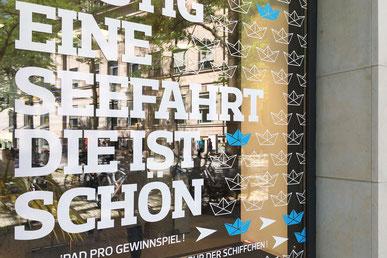 Weiße Klebeschrift auf Schaufenster Kieler Nachrichten