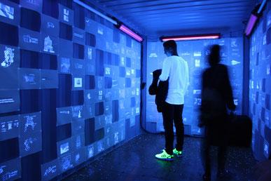 Schwarzlicht Installation Container Reeperbahnfestival