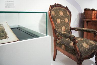 Ausstellung Emanuel Geibel Stuhl Vitrine Schreibtisch
