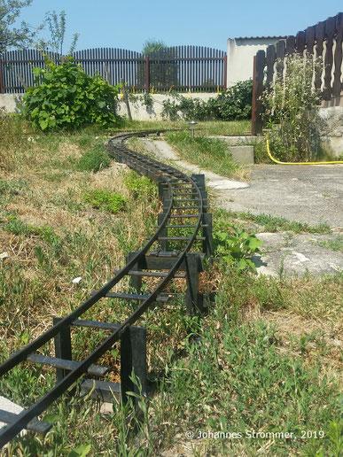 Abbildung 7: Rampe meiner Gartenbahn 5 Zoll mit kleiner Brücke; 7 % Steigung
