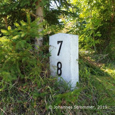 Hektometerstein an der eingestellten Bahnstrecke Freiland - Türnitz (Zweiglinie der Traisentalbahn, 2019)
