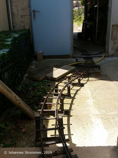 Gartenbahn 5 Zoll: Anfang der großen Rampe, Blick talwärts. Der Radius beträgt 2.5 m, die Steigung 10 %.