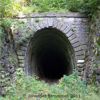 Bahnstrecke Weissenbach-Neuhaus - Hainfeld (Leobersdorfer Bahn); Westportal Gerichtsbergtunnel.