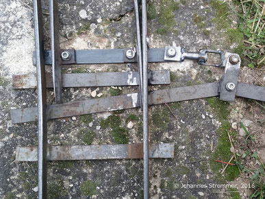 Gartenbahnweiche in  abzweigender Stellung, in dieser Position nicht auffahrbar