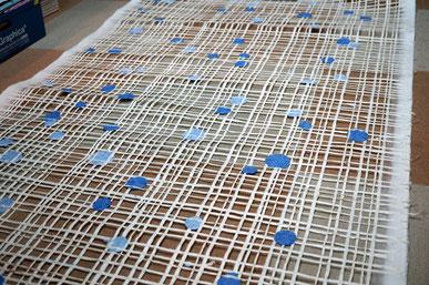 水玉模様と格子の透け感が特徴的な手漉きの襖紙