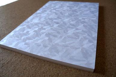 認定書用紙に使用した和紙は紙全面に結晶柄の地模様が特徴です