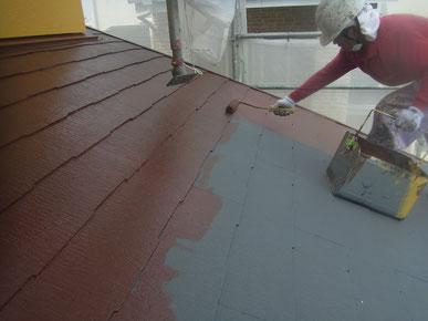 屋根材 コロニアル・カラーベスト・薄型スレートの遮熱塗装中塗り。防カビ防藻・高耐久塗料使用。