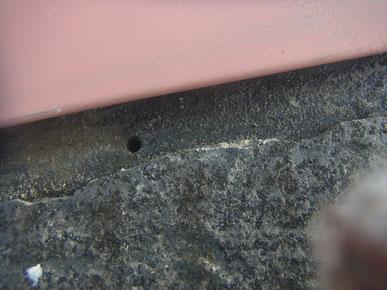 屋根塗装前に雨漏りの原因を探していると・・・穴発見。怪しすぎる。 熊本〇様家。