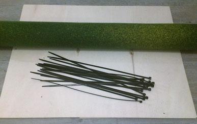 Das Material für den Geländebau: Sperrholzplatte, Grassmatte und Kabelbinder
