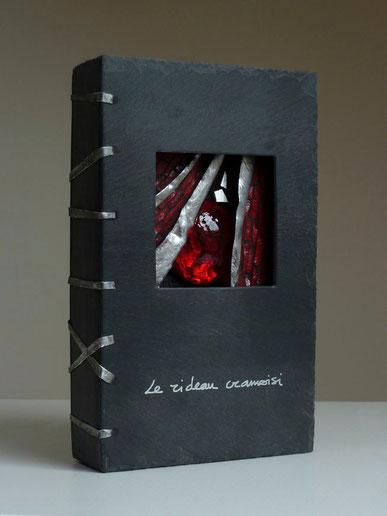 Le rideau cramoisi, ardoise, pâte de verre et métal, 22 x 14 x 4,5cm
