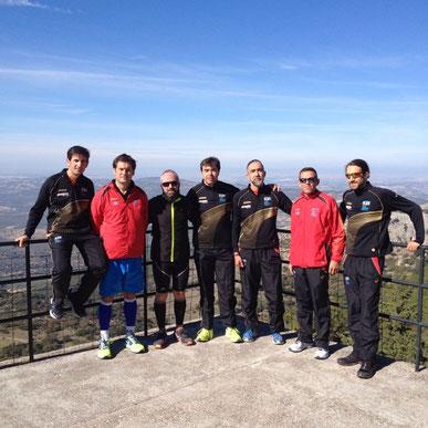 Atletas del Club Maratón Lucena, en la cumbre de la Sierra de Cabra, una vez concluida la prueba. PINCHA MÁS FOTOS.