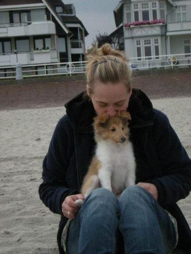 Tjure sein erster Besuch am Strand.