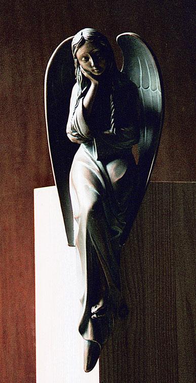 Engel sitzend aus Bronze. Ein Engel wird warten. Engel aus Bronze. Sitzender Engel als Grabmalgestaltung.