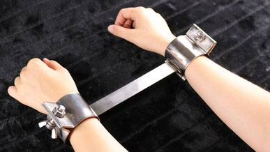 Bondage & BDSM - Handfessel mit Spreizstange - Hände gefesselt