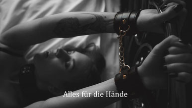 Bondage & BDSM - Frau mit Handschellen - Lederfesseln - Halsband - Bett