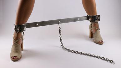 Bondage & BDSM - Frau mit Fußfesseln und Kette - Fußspreizer - Highheels
