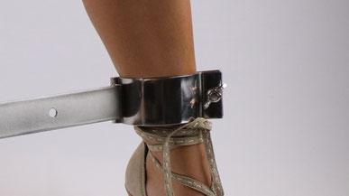 Bondage & BDSM - Frau mit Fußfessel - Schuhe - Spreizstange