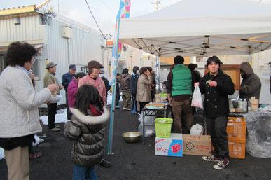 2013年1月宮城野区の港南西公園仮設住宅にて 長野教区信州そばイベントは多くの住民さんで賑わいました。