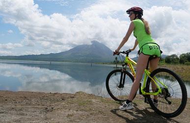 Anita beim Vulkan Arenal (Costa Rica)