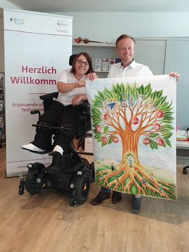 Stefanie Geiser überreicht Jan Metzler MdB in Alzey ein Plakat der EUTB-Beratungsstelle. Foto: Petra Ruthardt