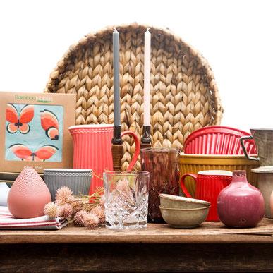 Gläser, Schalen, Servietten, Vasen auf Tisch