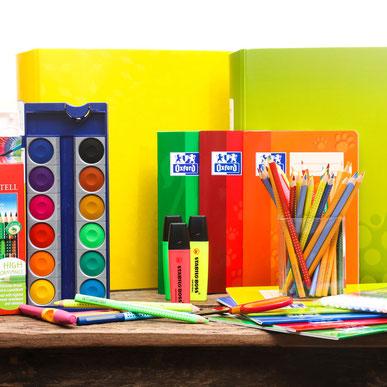 Bücher, Stifte, Hefte auf Tisch