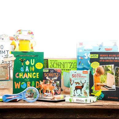 Verschiedene Spiele und Bücher zum Thema NaturGesellschaftsspiele auf Tisch