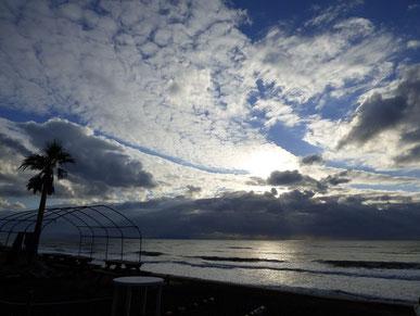 今日もお日様厚い雲に抑えられ、なかなか顔を出さずグッと冷え込みましたね・・
