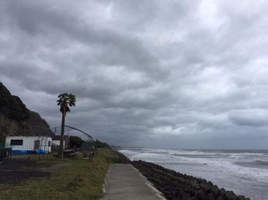 昨日は吹き返しの北寄りの風が強く波も風でつぶされて・・ ま~~っ白でした。