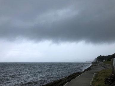 雨雲が迫ってきました(T_T)