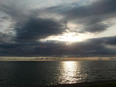 夕日を撮ろうと思ったら、黒い雲が・・