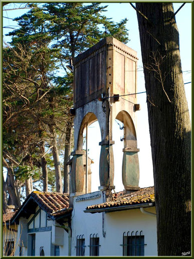 """Maison ancienne avec son château d'eau sur le toit au lieu-dit """"Les 44 hectares"""" au Cap Ferret, Bassin d'Arcachon)"""