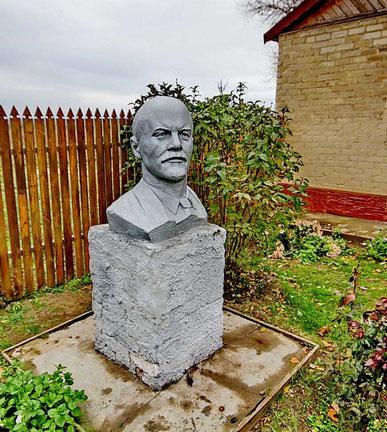 памятник Ленину у школьного музея