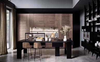 Cucina in legno, impreziosita dalla pietra naturale, elegantissima e molto funzionale