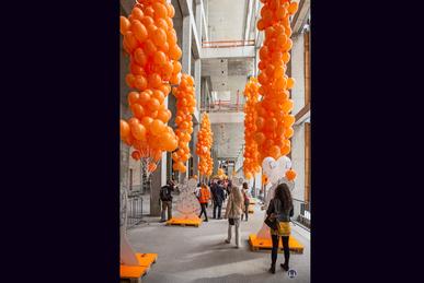 Das Berliner Schloss in Mitte. Orangefarbene Luftballons.