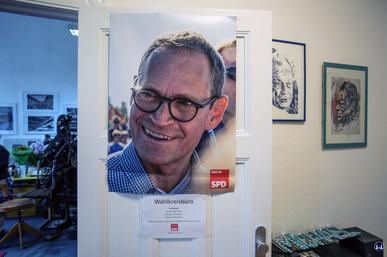 Plakat Michael Müller an seiner Bürotür.