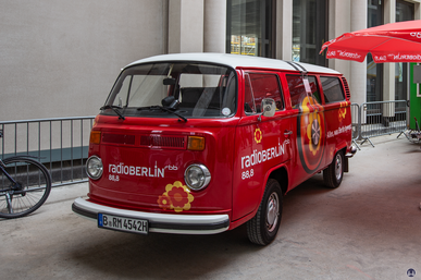 Das Berliner Schloss in Mitte. VW - Bus von RadioBerlin.