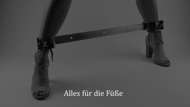 Bondage & BDSM - Frau mit Fußfesseln - Fußspreizer - Highheels