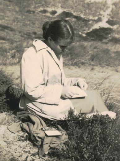 Historisches Dokument: Bettina Heinen-Ayech beim Zeichnen in Sylt, 50er Jahre