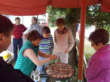 Spanisch-Lehrerin Rita Görlitz-Burfeindt bereitet die Paella vor